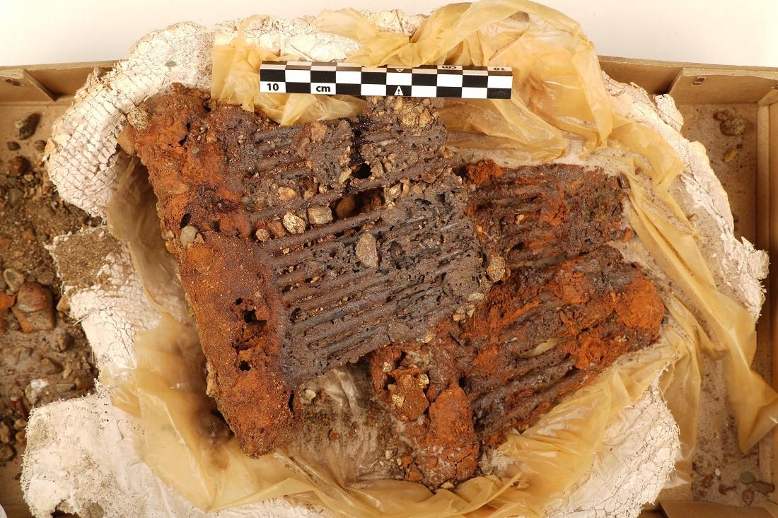Além dos tecidos, outras ferramentas têxteis acompanharam a mulher ao túmulo, incluindo pentes de lã, como mostra a foto acima. (Foto: NTNU University Museum)