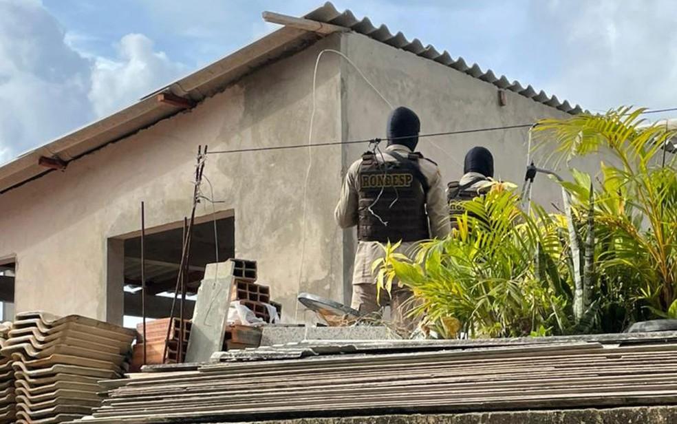 Um dos suspeito de matar jovem em Salvador morre em confronto com a PM e outro é preso no Complexo Nordeste de Amaralina, em Salvador — Foto: Divulgação/SSP-BA