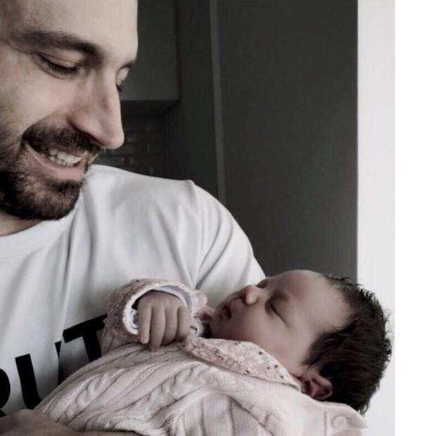 Caco Ciocler com a neta, Elis  (Foto: arquivo pessoal)