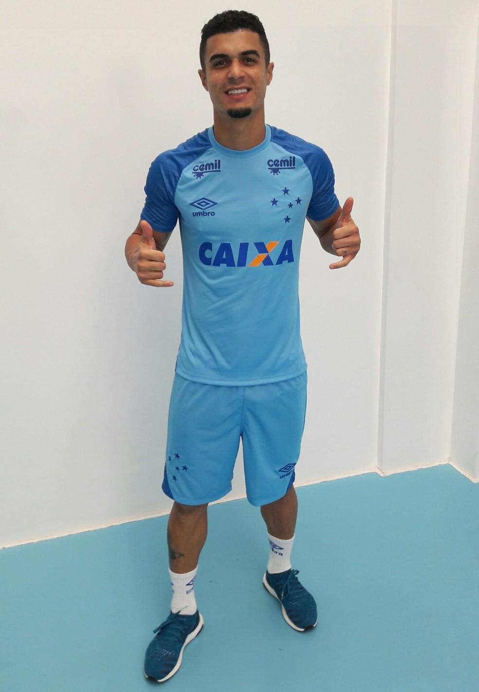 Egídio posou com novo uniforme de treino do Cruzeiro (Foto: Divulgação / Cruzeiro)