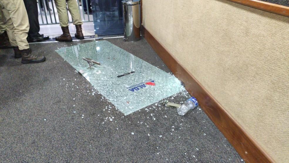 Manifestantes quebraram porta do plenário — Foto: Vanderson Nascimento/TV Bahia