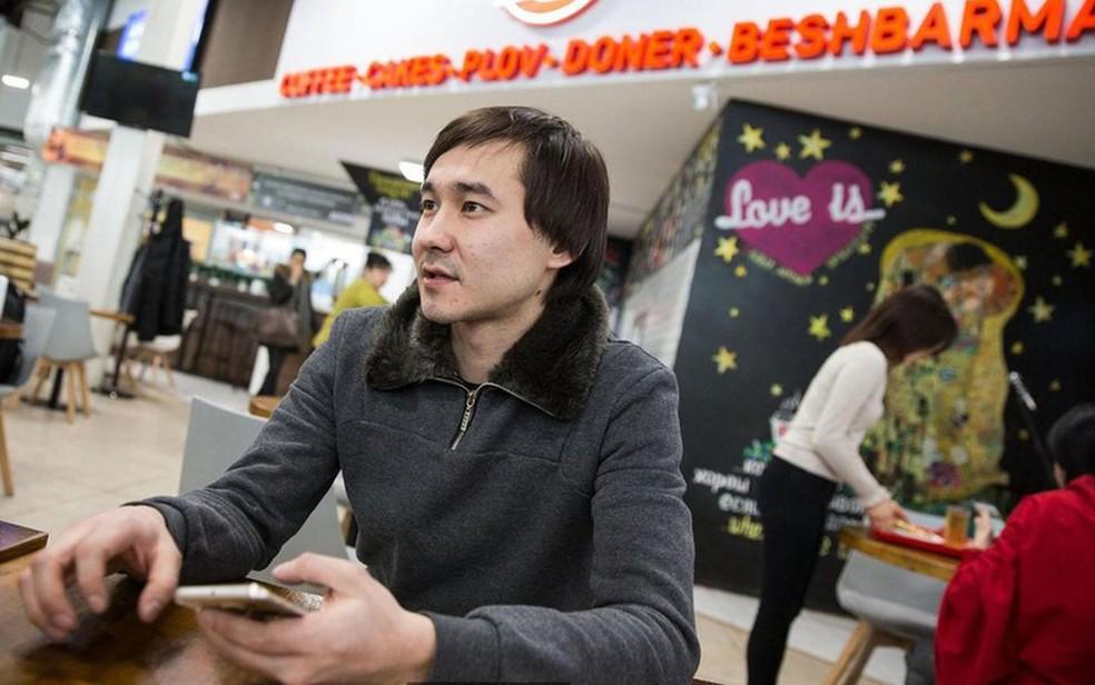 Asset Kaipiyev, dono do Sa'biz, terá que mudar a ortografia de seu restaurante (Foto: BBC/Taylor Weidman)