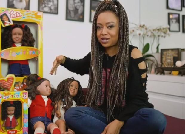 Aretha Oliveira com as bonecas da chiquitita Pata (Foto: Youtube)
