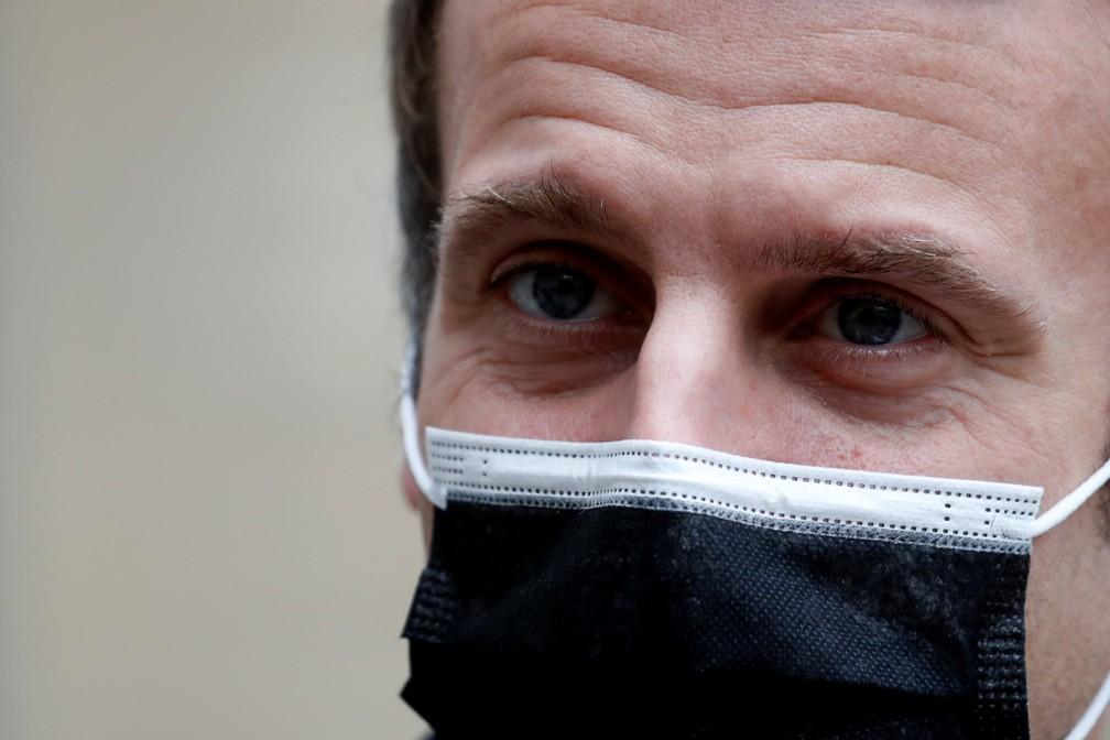 Presidente francês Emmanuel Macron veste máscara durante encontro com o primeiro-ministro português António Costa em Paris no dia 16 de dezembro de 2020 — Foto: Gonzalo Fuentes/Reuters