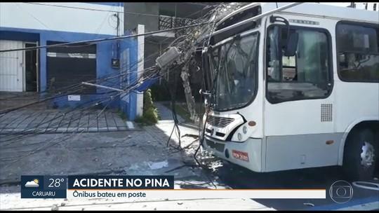 Ônibus derruba poste na Zona Sul do Recife e passageira sofre ferimentos leves
