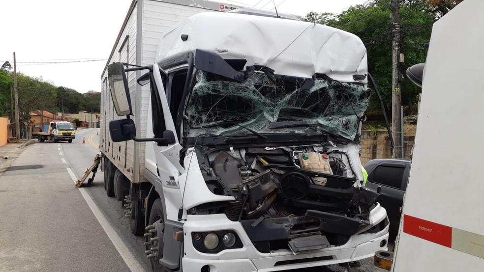 Acidente deixa caminhoneiro ferido em rodovia de São Roque — Foto: São Roque Notícias/Divulgação