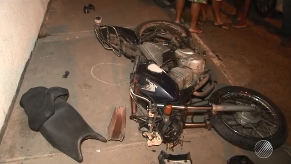 Dupla estava em moto que foi atingida pelo carro em que vítima de roubo estava (Foto: Reprodução/ TV Santa Cruz)