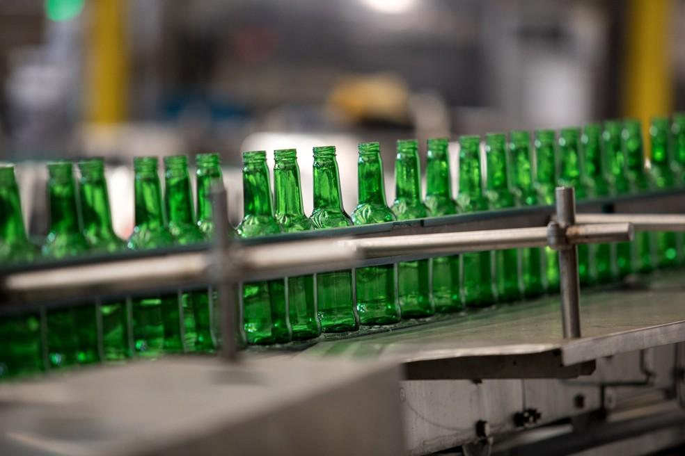 Linha de produção de fábrica da Ambev, em Jaguaripuna — Foto: Marcelo Brandt/G1