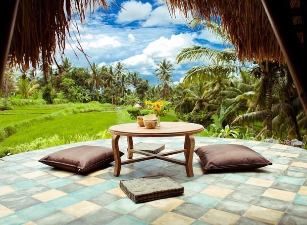 Casa de bambu tem vista para os arrozais da Indonésia (Foto: Airbnb/ Reprodução)