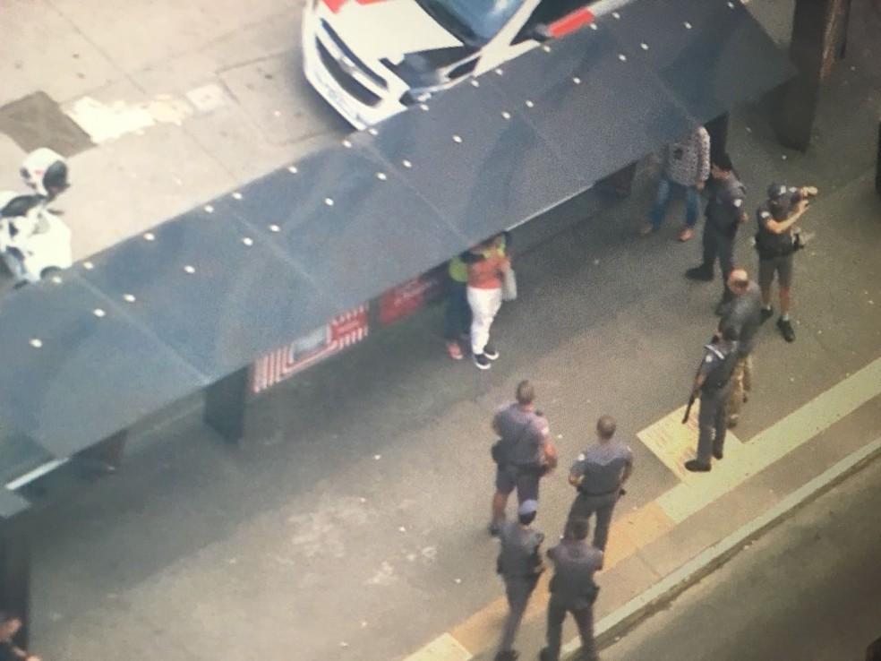 Mulher mantém outra mulher refém na Avenida Paulista  (Foto: Reprodução/TV Globo )