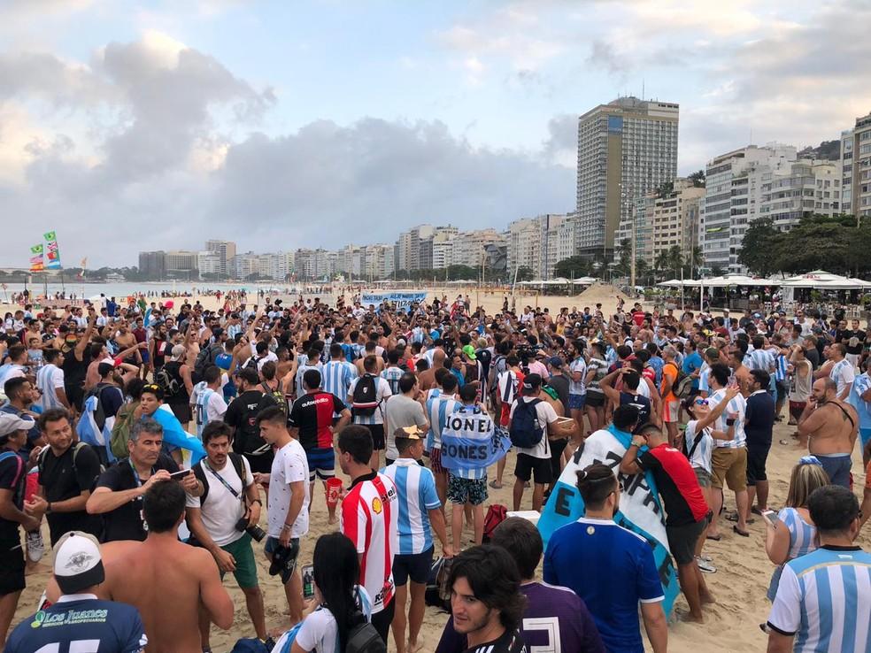Argentinos ocupam areias do Posto 4, em Copacabana — Foto: Larissa Cetano/G1
