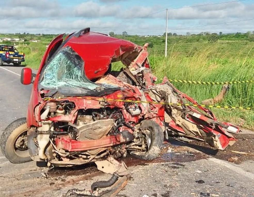 Carro ficou destruído após colidir em caminhão, em Lajedo — Foto: PRF/Divulgação