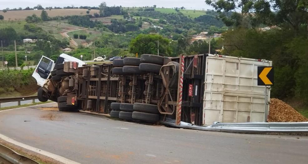 Motorista perdeu o controle do veículo ao fazer uma curva em Itapeva — Foto: Arquivo pessoal