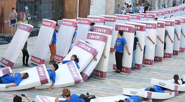 China bate recorde de maior dominó humano com colchões (Foto: Guinness World Records/YouTube)