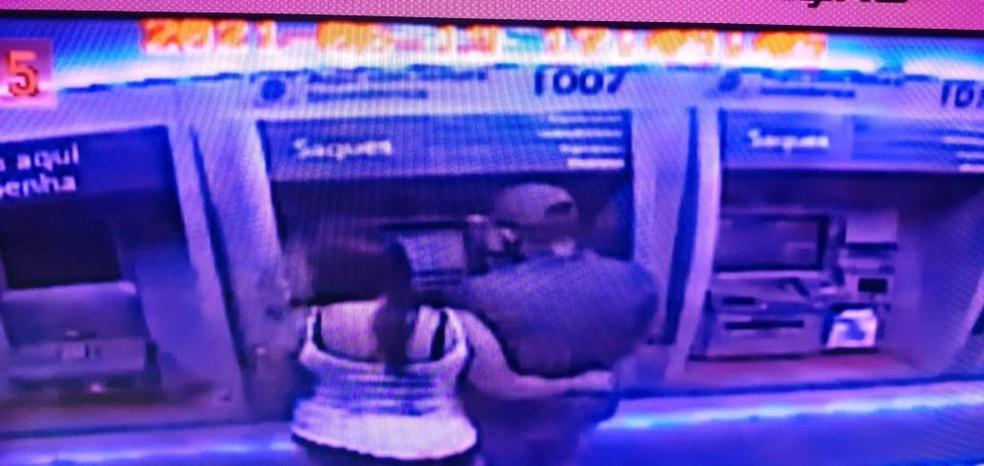 Homem e mulher são presos ao aplicar golpe que 'recolhe' envelopes de dinheiro de caixa eletrônico em Lauro de Freitas — Foto: Divulgação/PM-BA