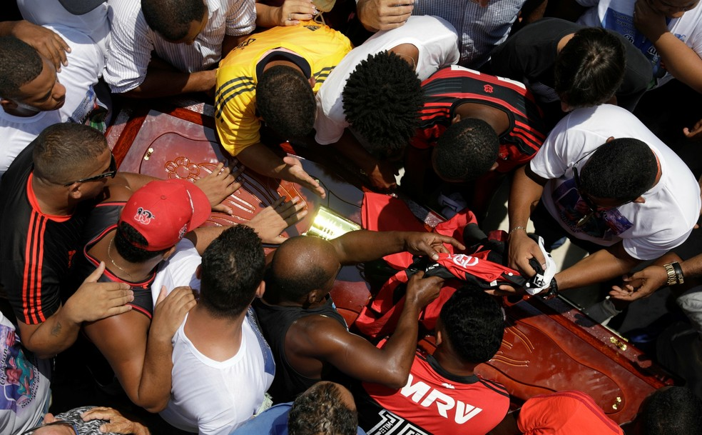 Christian Esmério foi enterrado no começo da tarde de domingo — Foto: Ricardo Moraes / Reuters