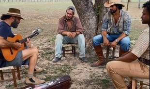 Almir Sater toca e canta para Renato Góes. Thomaz Cividanes e Fabio Neppo em Corumbá (MS) nos bastidores de 'Pantanal' | Reprodução/Facebook