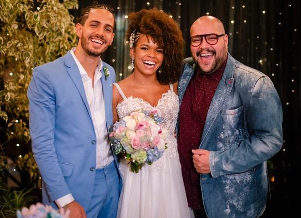 Os noivos com Tiago Abravanel (Foto: Flor Azul Fotografia)