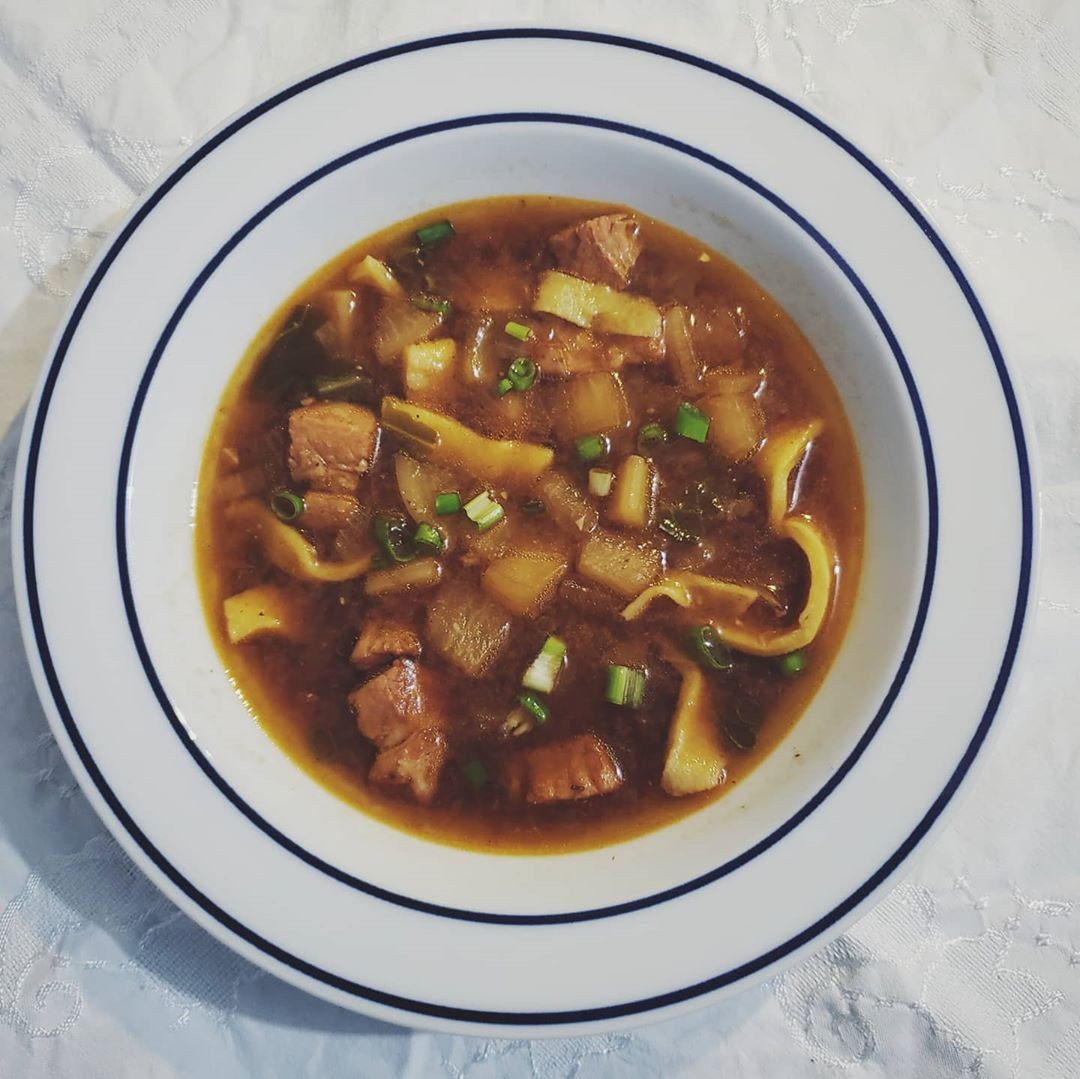 Sopa de barriga de porco e nabo
