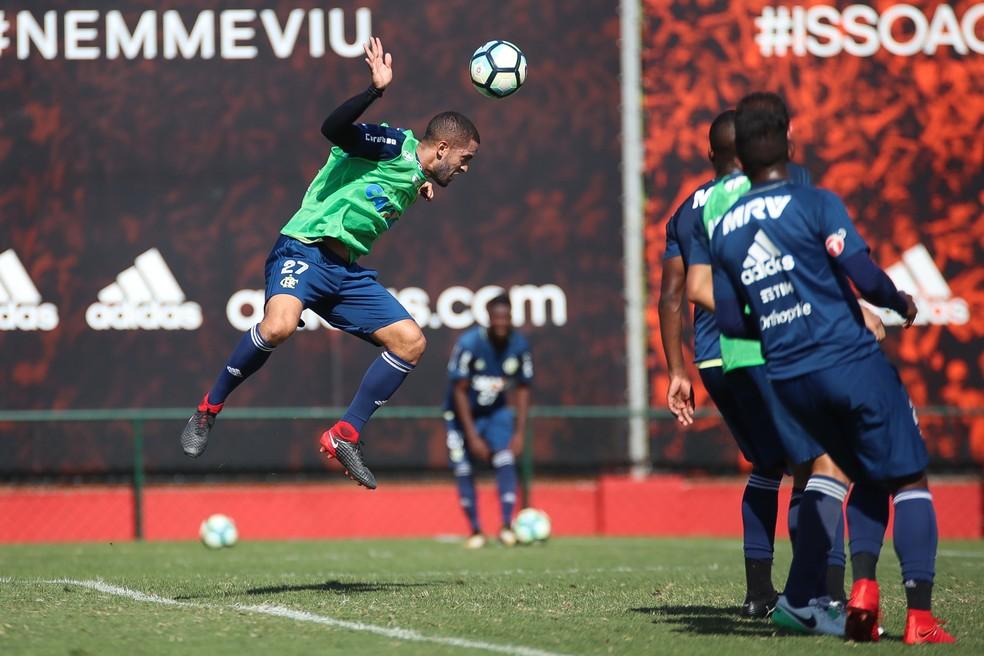 Rômulo cabeceia no treino de fundamentos: contra o Fluminense, no Brasileiro, ele foi a surpresa de Rueda (Foto: Gilvan de Souza / Flamengo.com.br)