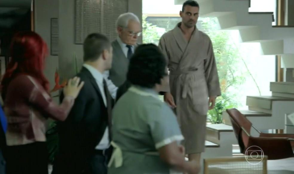 Maurílio (Carmo Dalla Vecchia) avisa que se mudou de vez para a casa dos Medeiros - 'Império' — Foto: Globo
