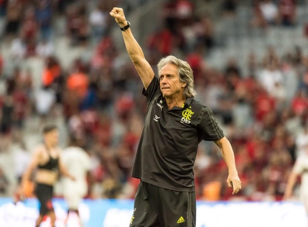 Jorge Jesus comemora vitória com torcedores na Arena da Baixada — Foto: Alexandre Vidal/CRF