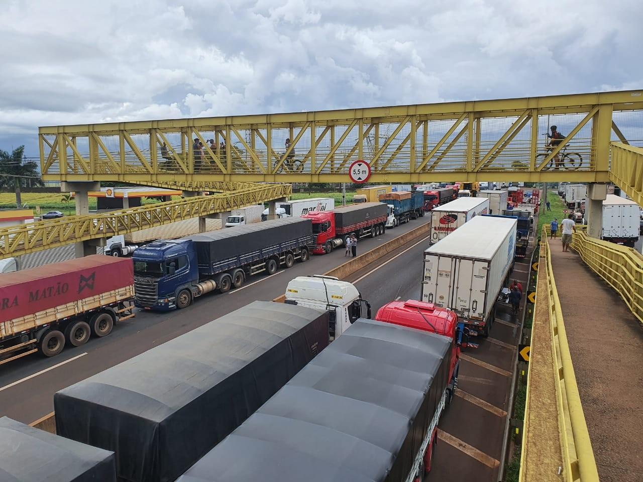 Manifestação por causa da alta no preço do combustível bloqueia PR-445, em Londrina e Cambé