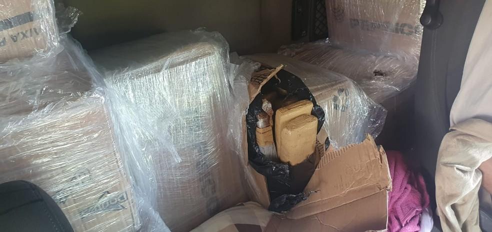 Drogas foram encontradas em caixas atrás de acentos do caminhão em Borborema — Foto: Baep/Divulgação