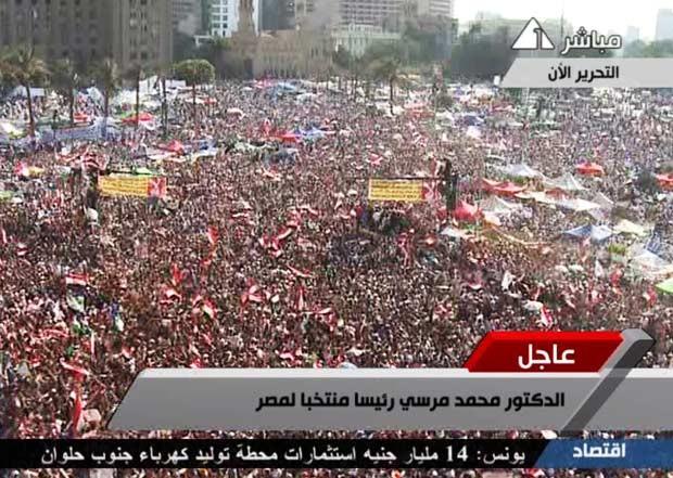 Partidários da Irmandade Muçulmana celebram neste domingo (24) a vitória do candidato Mohamed Morsi no segundo turno da eleição presidencial no Egito (Foto: Reuters)
