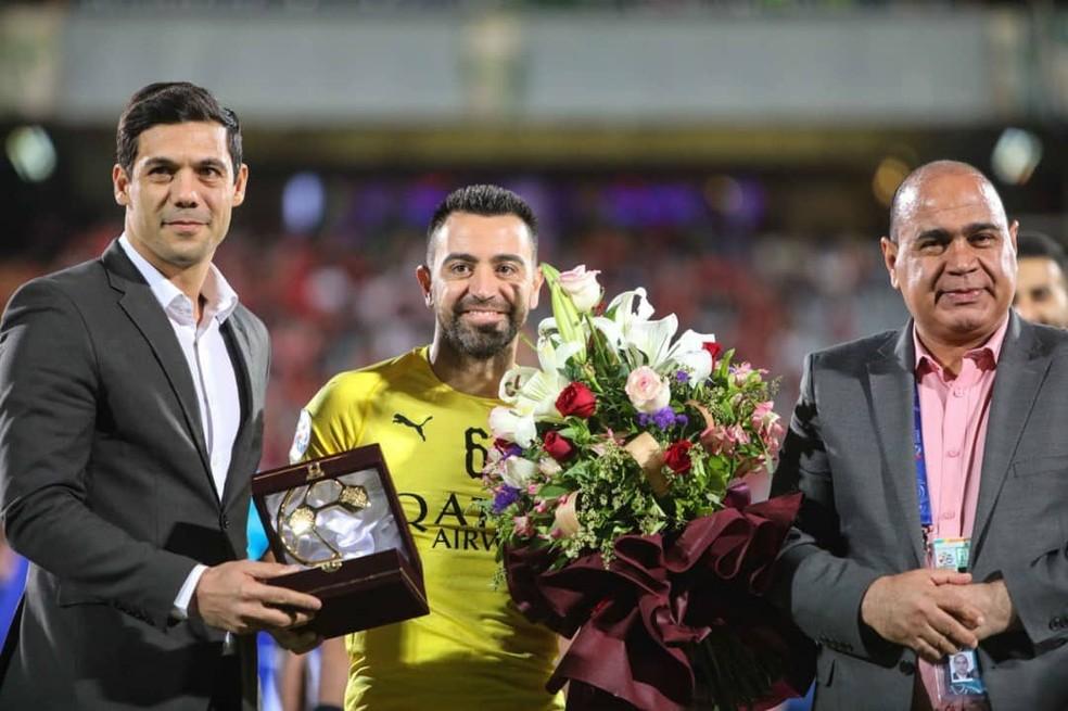 Xav recebe homenagens de dirigentes do Al Sadd e do Persepolis antes da partida no Irã — Foto: Divulgação/Al Sadd