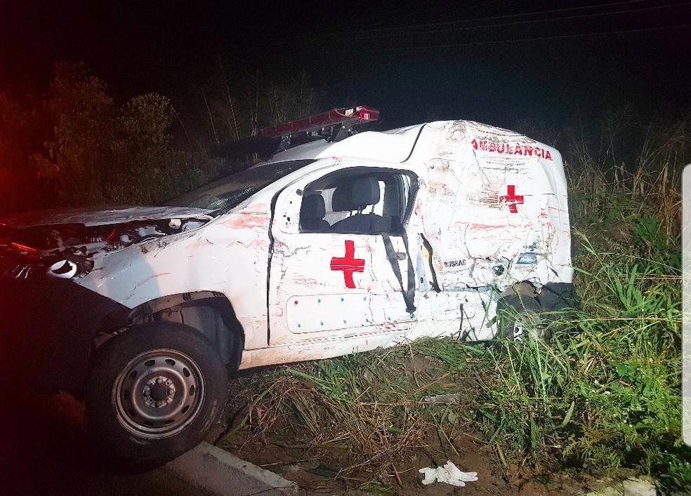 Populares e outros motoristas que passavam pelo local ajudaram a retirar as vítimas do veículo.  — Foto: Rafaela Duarte