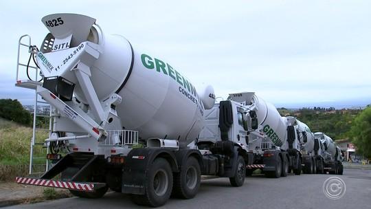 Cinco caminhões roubados de empresa em SP são recuperados em matagal de Votorantim