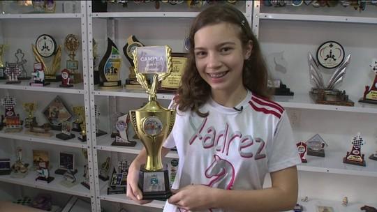 Menina vende canetas para custear viagem para torneio de xadrez