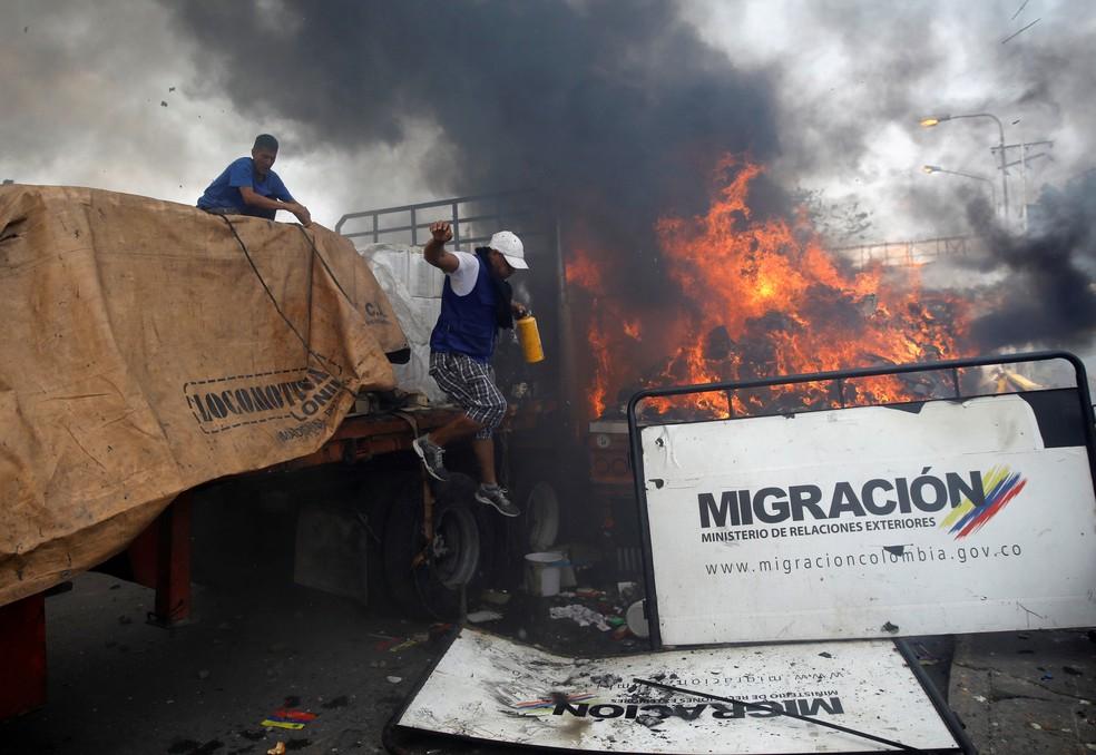 Caminhão que transportava ajuda humanitária para a Venezuela foi incendiado em Cúcuta — Foto: Marco Bello/Reuters