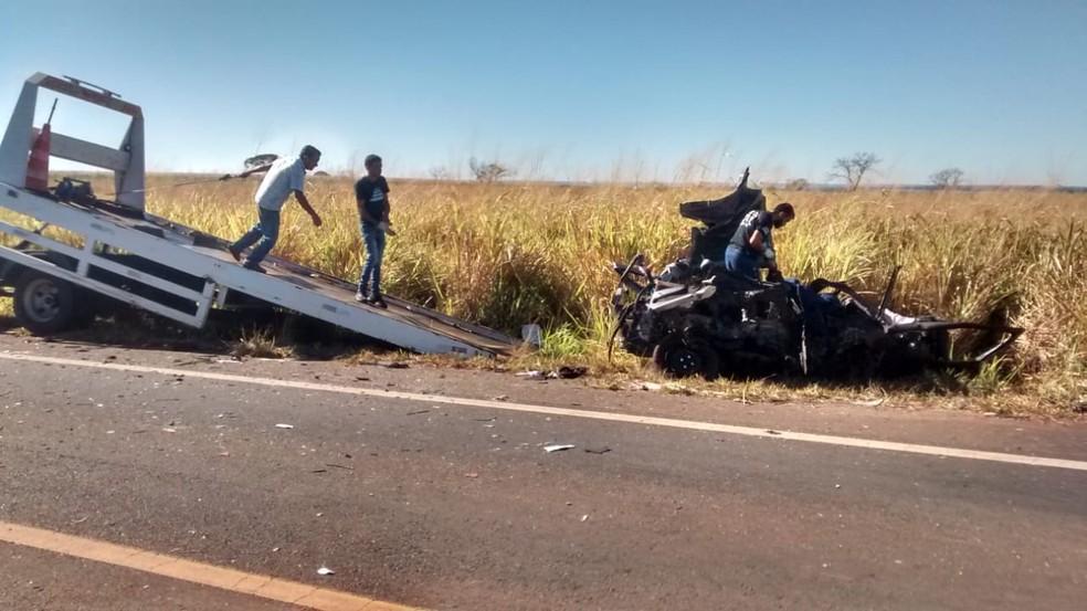 Quatro pessoas que estavam  no carro de passeio morreram no local — Foto: Pedro Torres/G1
