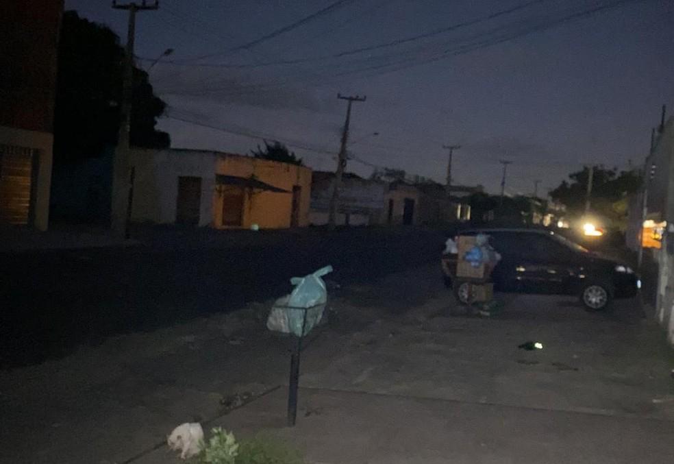 Ruas do bairro Vila Operária, em Teresina, ficaram às escuras após curto circuito causado por pipa — Foto: Arquivo Pessoal