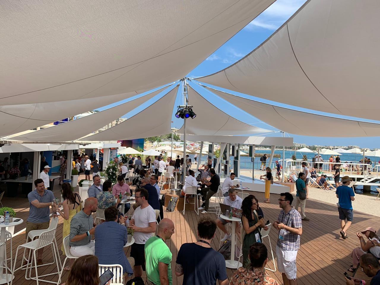 A estrutura montada pelo Facebook é uma das mais requisitadas em Cannes (Foto: ANDREA CIAFFONE)