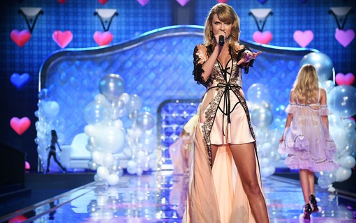 Taylor Swift cantou no Desfile Victoria's Secret