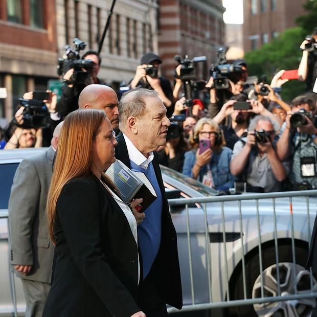 Harvey Weinstein entrega-se ao Primeiro Distrito do Departamento de Polícia de Nova York depois de ser processado criminalmente pelo gabinete do Procurador Distrital de Manhattan  (Foto: Getty Images)