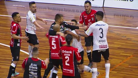 Cabeçadas e empurrões: Joinville bate o Corinthians no jogo de ida das quartas da LNF