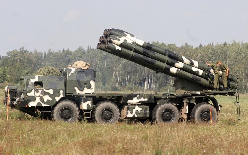 Foto de 11 de setembro mostra veículo com sistema de lançamento múltiplo de foguetes na Belarus (Foto: Vayar Military Agency photo via AP)