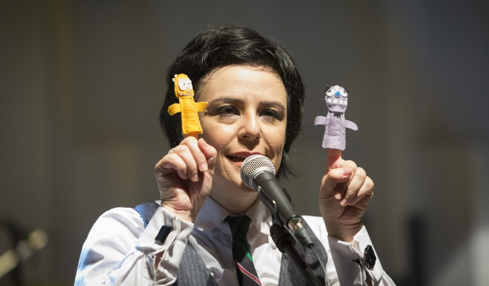 Pato Fu usa brinquedos e instrumentos em miniatura em show para crianças — Foto: Matheus José Maria/Divulgação