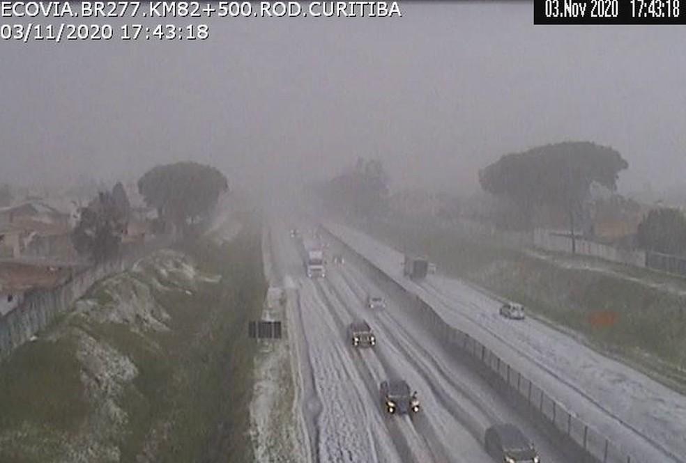 Pistas da BR-277, em Curitiba, ficaram cobertas por uma camada de gelo, nesta terça-feira (3) — Foto: Reprodução/Ecovia