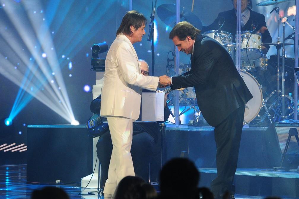 Roberto Carlos e o maestro Eduardo Lages em um dos especiais de fim de ano do cantor na TV Globo — Foto: João Cotta/Globo