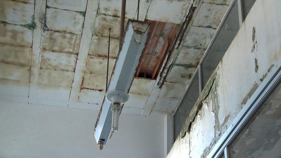Teto da escola de Fundão estava com infiltração — Foto: Samy Ferreira/ TV Gazeta