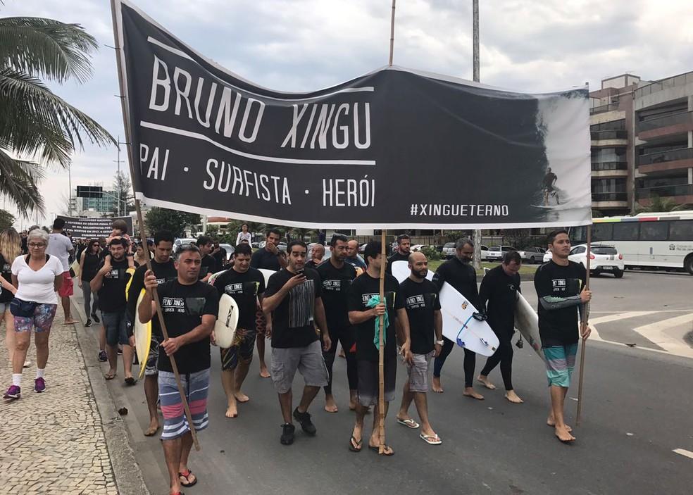 Protesto teve início na areia e no mar e depois seguiu para a orla do Recreio (Foto: Matheus Rodrigues/G1)