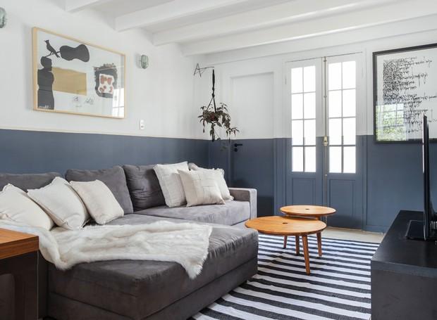Porta oposta à janela da cama, leva para uma pequena varanda da casa de três andares. Plantas Bluemenfee.  (Foto: Maura Mello/Divulgação)