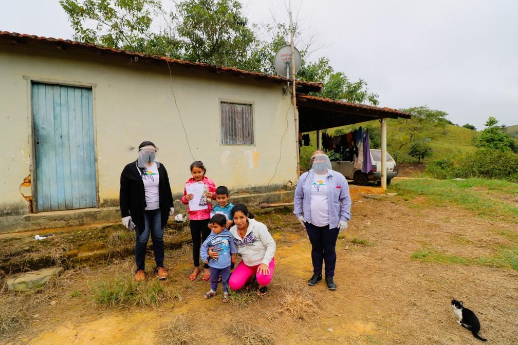 Maiara (à esquerda) e Márcia (à direita) durante a entrega das atividades — Foto: Danilo Sardinha/G1