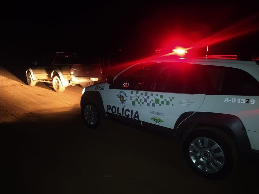 Abordagem à caminhonete aconteceu em estrada rural da Unidade de Conservação Barreiro Rico, em Anhembi — Foto: Polícia Ambiental/Divulgação