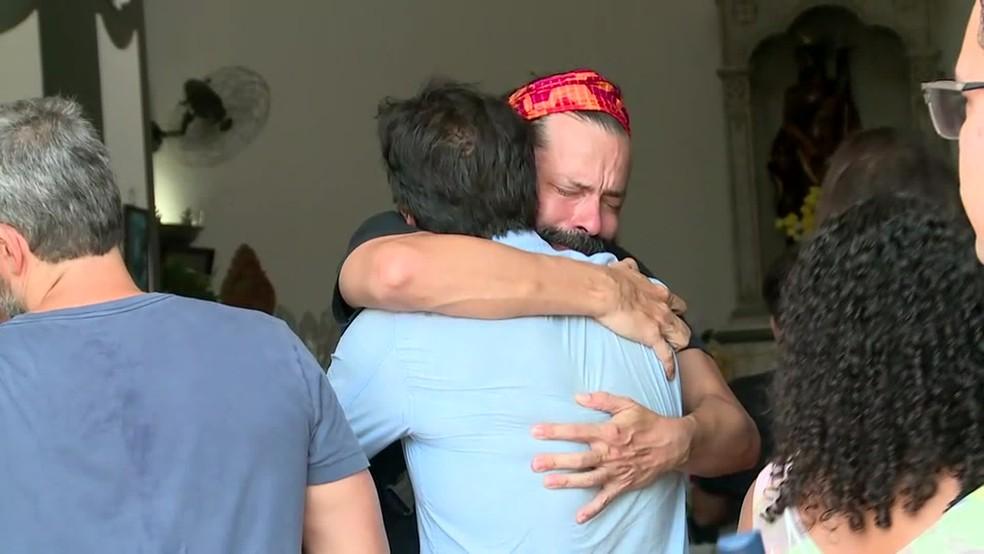 Heitor Martinez se emociona durante o velório do ator Caio Junqueira — Foto: Andressa Gonçalves/ TV Globo